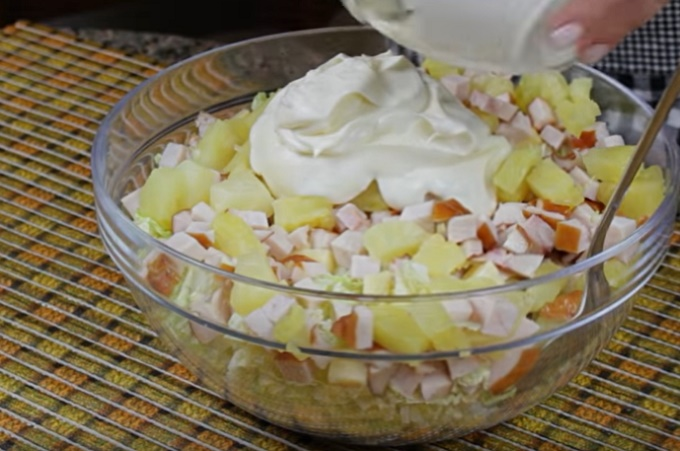 Перемешиваем салат с майонезом