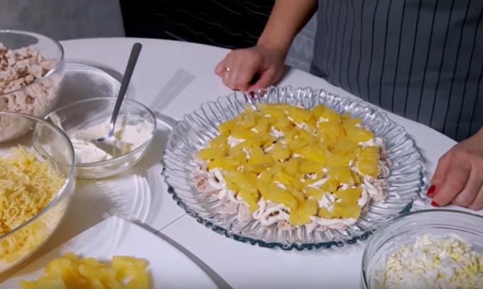 Второй слой - ананасы