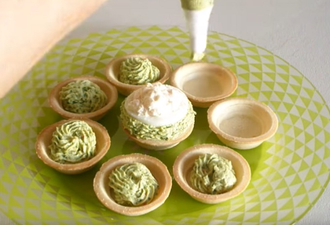 Заправляем тарталетки начинкой из авокадо