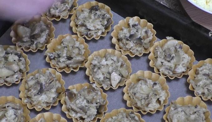 Заправляем тарталетки начинкой из жульена