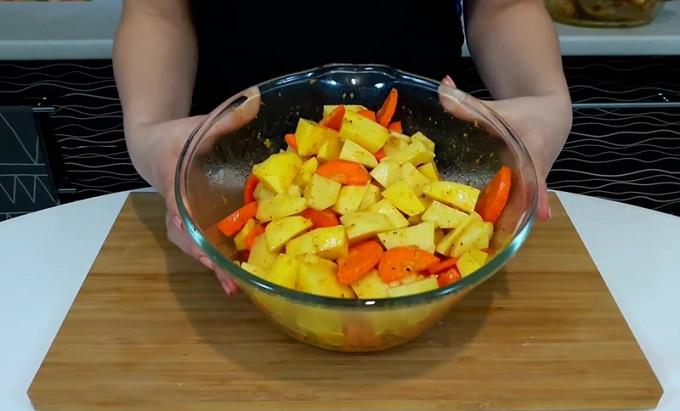 Смешиваем овощи с соусом