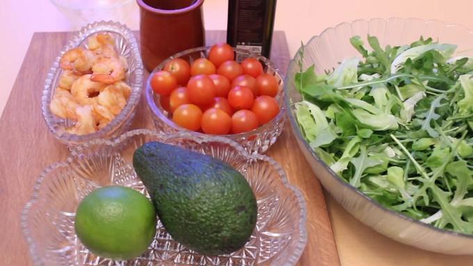 Авокадо, помидоры черри, руккола, креветки
