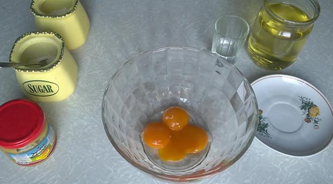 Берем три желтка от куриных яиц