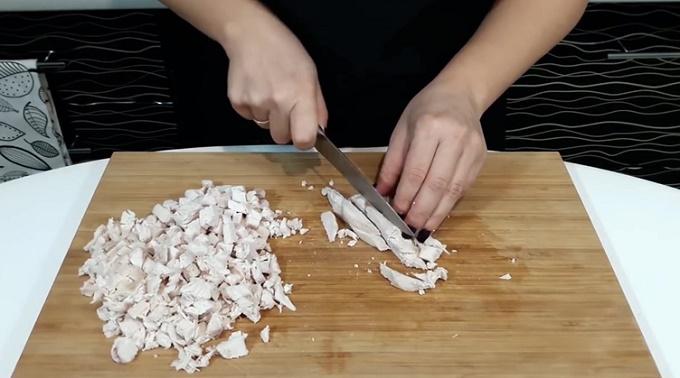 Нарезаем кубиками курицу