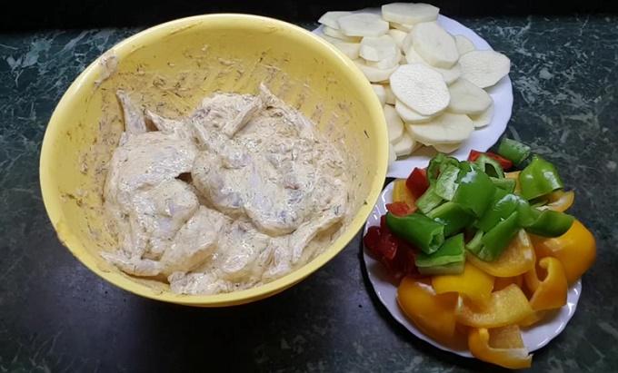 Смешиваем овощи с крылышками и соусом