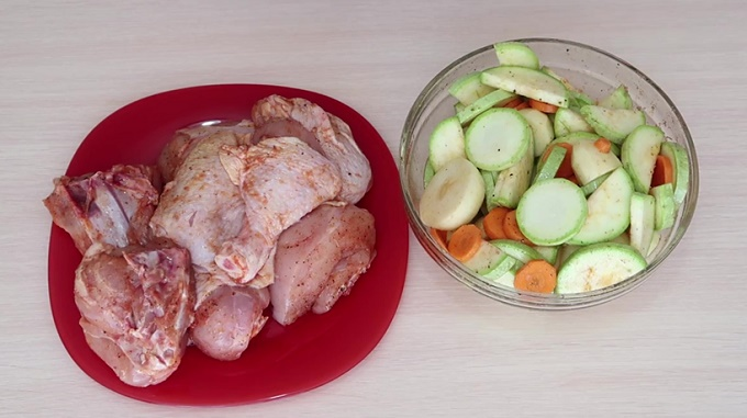 Курочка с овощами подготовлена для запекания