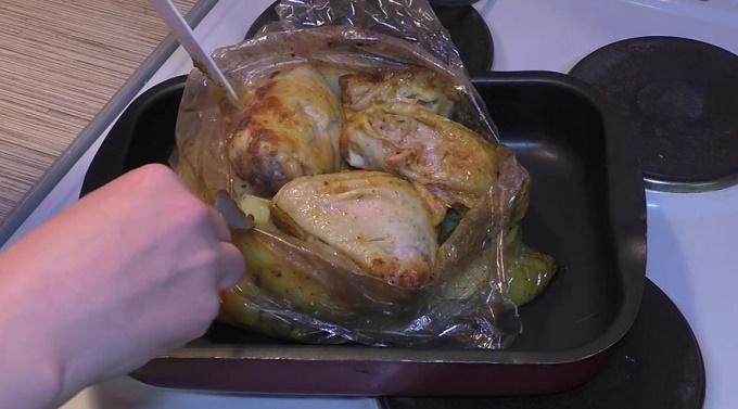 нарезанная картошка и курица после запекания