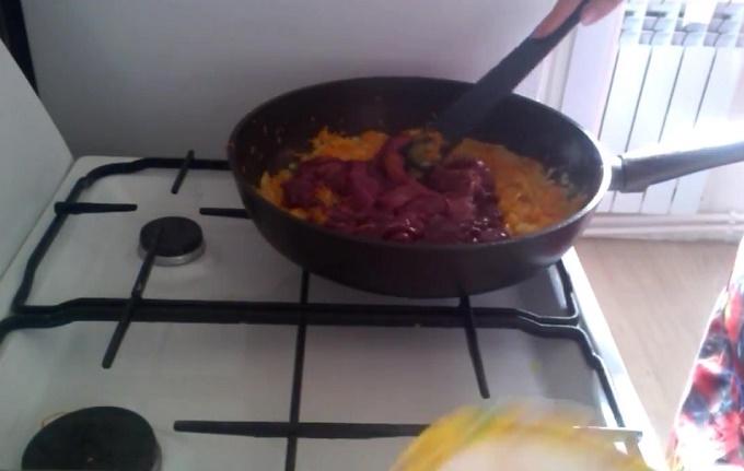Обжариваем лук, морковь и печень