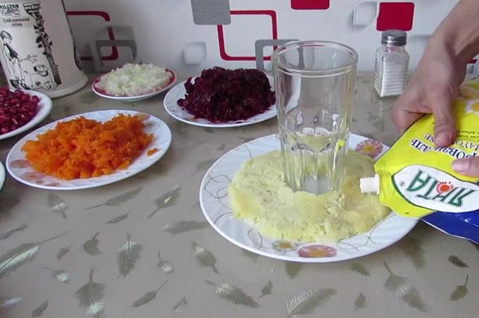 Первый слой салата - картошка