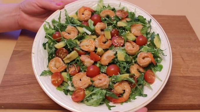 Салат из авокадо, креветок, рукколы, черри готов