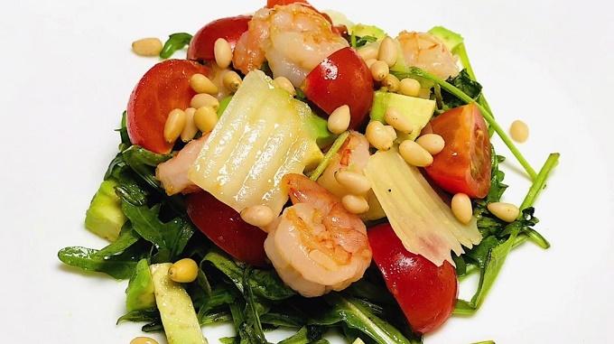 Салат с креветками, авокадо, рукколой и сыром