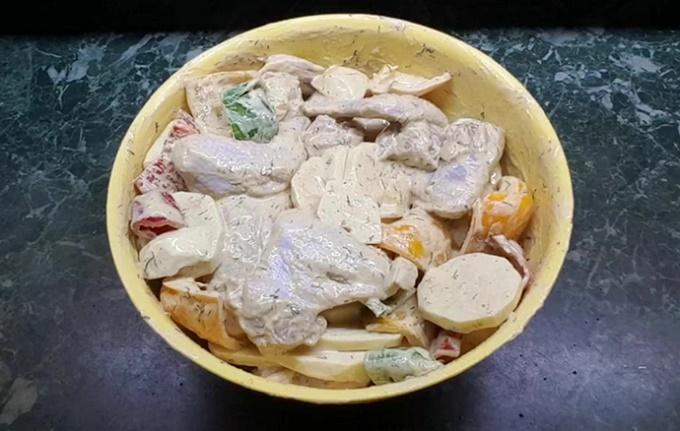 К запеканию подготовлена смесь из овощей, майонеза и куриных крылышек