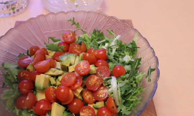 Собираем салат из рукколы, авокадо, креветок и черри