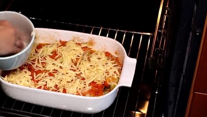 8. За 5 минут до готовности посыпаем перцы сыром и еще 5 минут запекаем. Сыр расплавится и будет очень вкусным в этом блюде. Приятного аппетита.