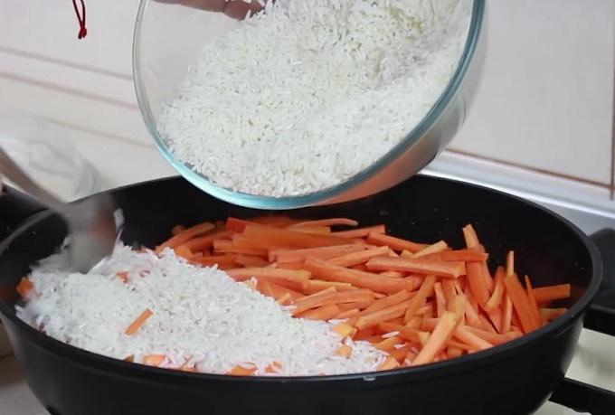 Отправляем в сковороду рис и морковь