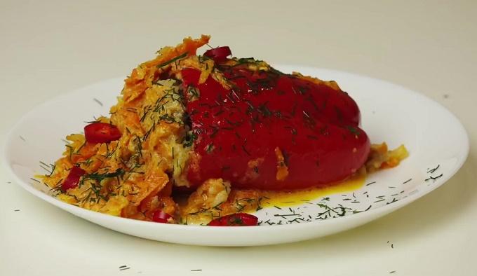 Фаршированный перец со сметанным соусом