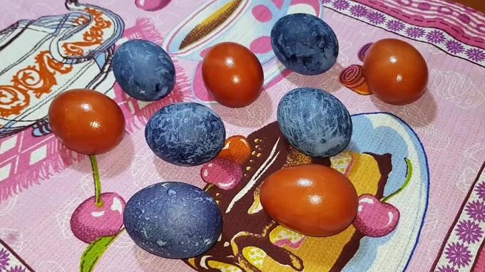 Готовые окрашенные яйца в настое каркаде