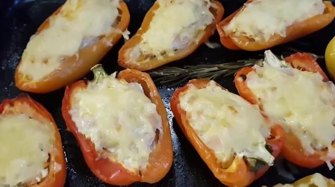 Готовый фаршированный перец с курицей и сыром