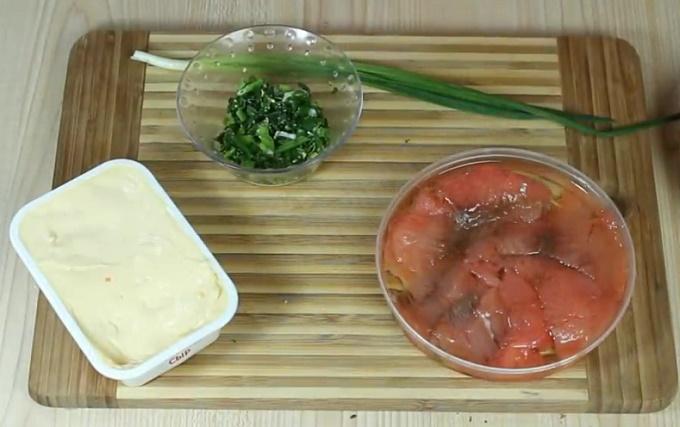 Начинка для блинчиков с красной рыбой на столе