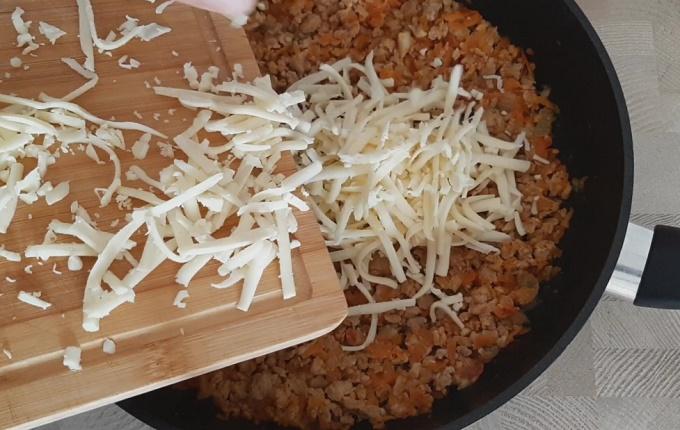 Натертый сыр отправляем к фаршу