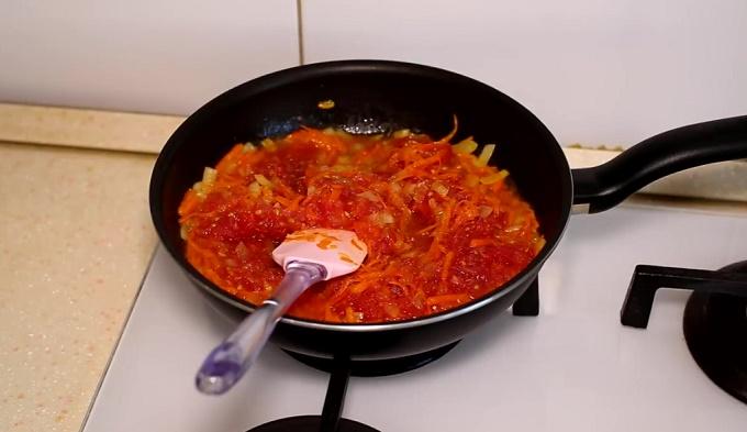 Обжариваем лук, помидоры, морковь