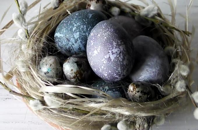 Окрашиваем яйца в каркаде