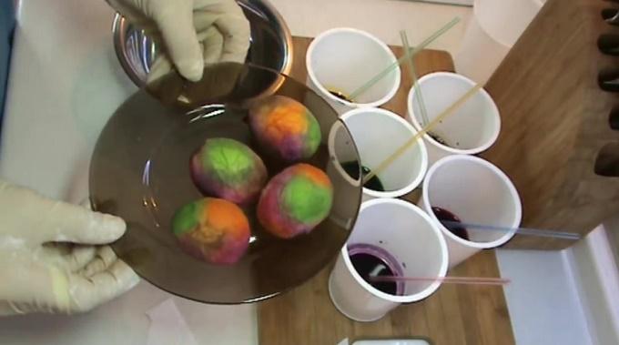 После окраски оставляем яйца сушиться