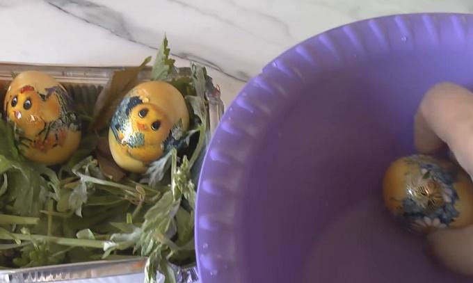 Пасхальные яйца, покрашенные куркумой