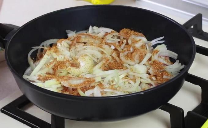 Поджариваем лук на сковороде
