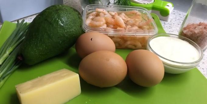 Продукты для салата: креветки, авокадо, майонез