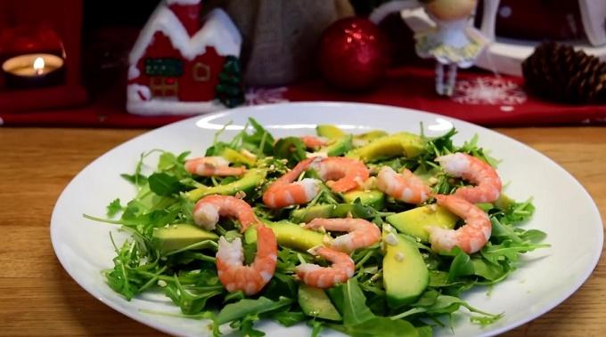 Салат с креветками, авокадо и орехами