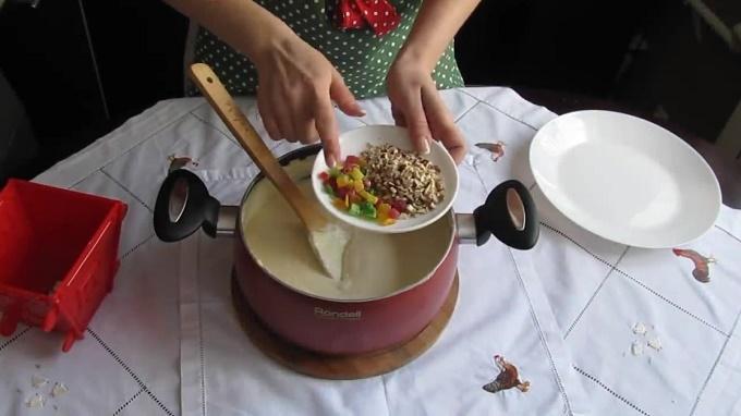 Смешиваем пасху с орешками и цукатами