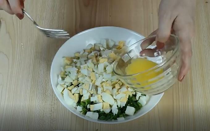 Смешиваем яйца с луком и сливочным маслом