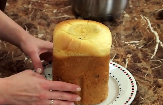 Вынимаем испеченный кулич из хлебопечки