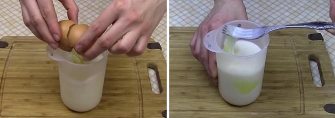 Яйца смешиваем с молоком