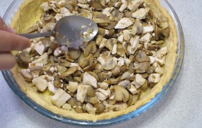 Форма, наполненная грибами и курицей