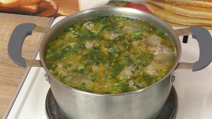Готовый суп с фрикадельками и картошкой
