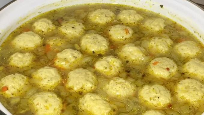 Готовый суп с фрикадельками и рисом в кастрюле