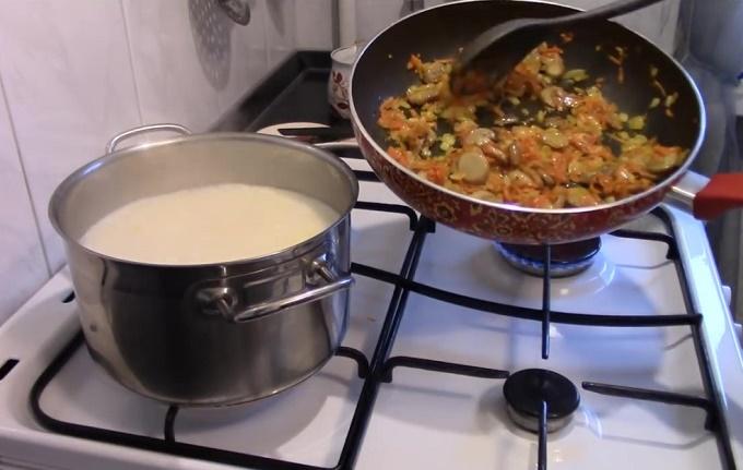 Грибы вместе с овощами на сковороде