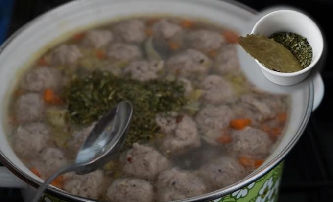 Добавляем зелень и лавровый лист в суп