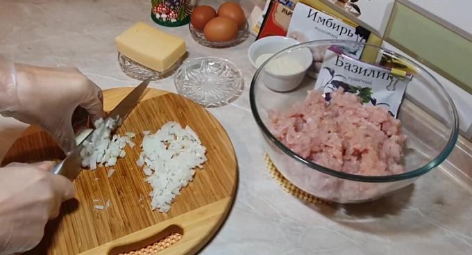 Мелко нарезаем мясо и лук