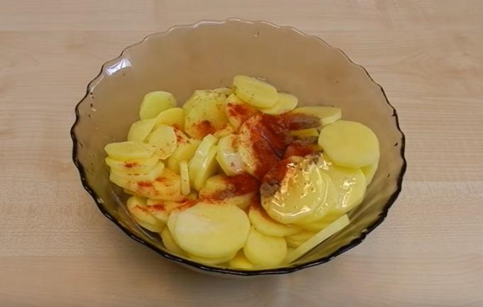 Нарезаем кусочками картофель