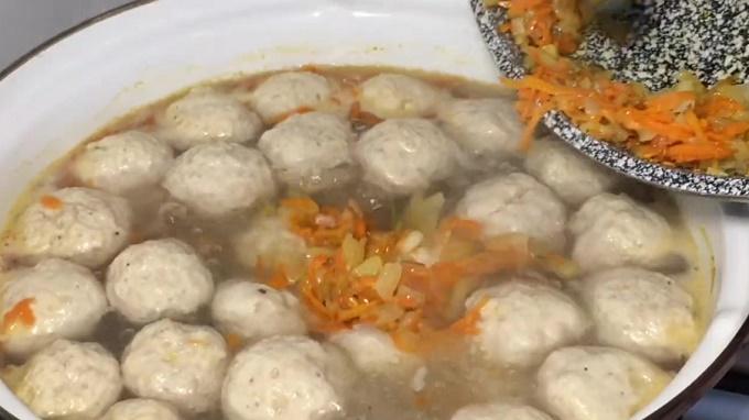Обжарку бросаем в суп