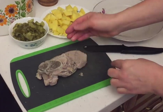 Режем картошку, мясо, огурцы кусочками