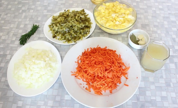 Режем лук, морковь, огурцы