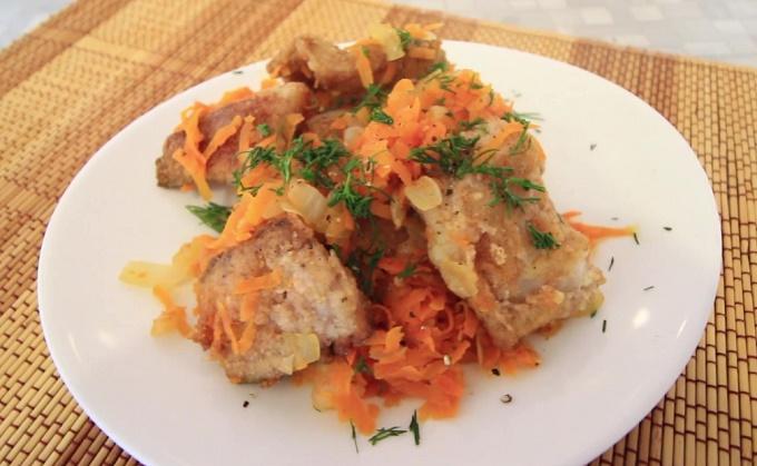 Готовое блюдо - минтай жареный с луком и морковью