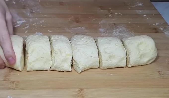 Нарезаем готовое тесто кусочками