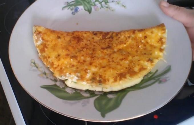 Готовый омлет с сыром