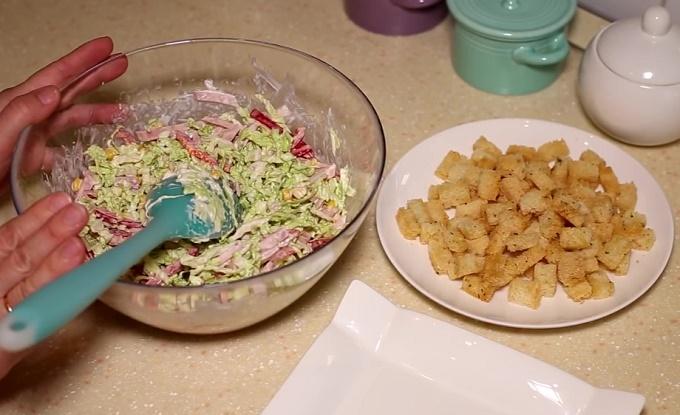 Готовый салат с пекинской капустой и кириешками