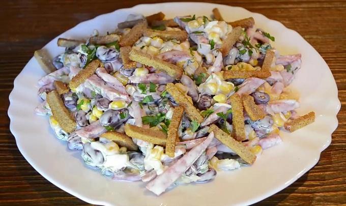 Готовый салат с сухариками и фасолью